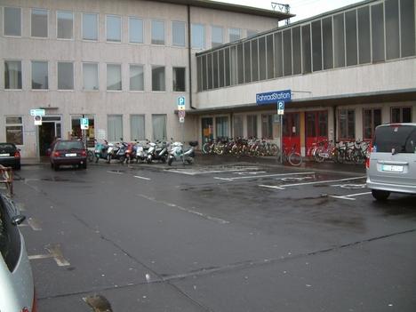 Hauptbahnhof - 4 Behindertenparkplätze auf dem Bahnhofvorplatz
