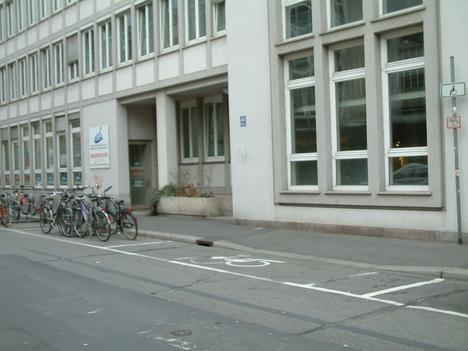 Soziales Ämtergebäude - Behindertenparkplatz
