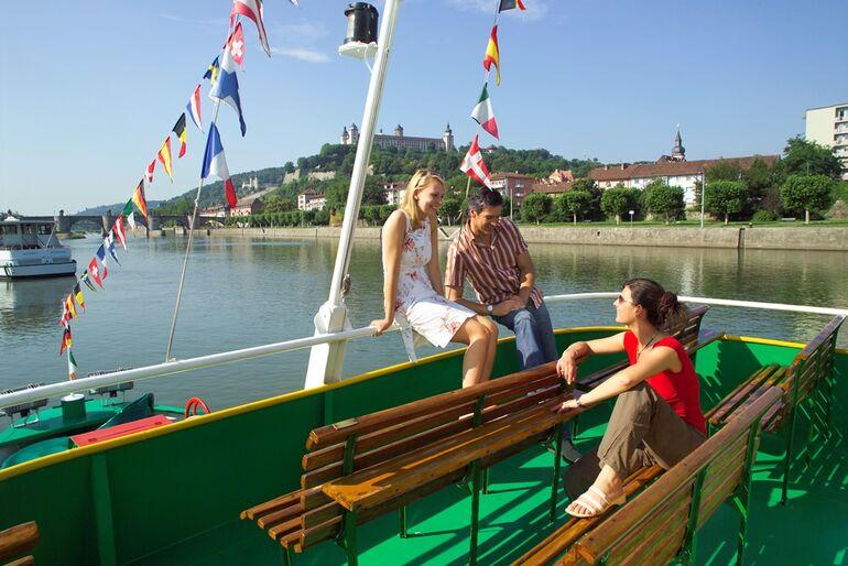 Foto: Ausflugsschiff am Alten Kranen