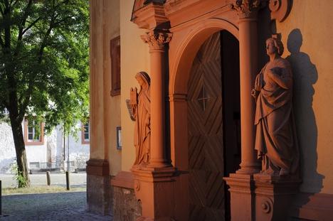Eingang der Kirche St. Gertraud in Würzburg