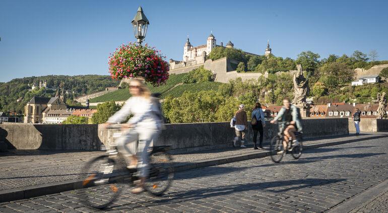 Foto: Radfahrer auf Alter Mainbrücke