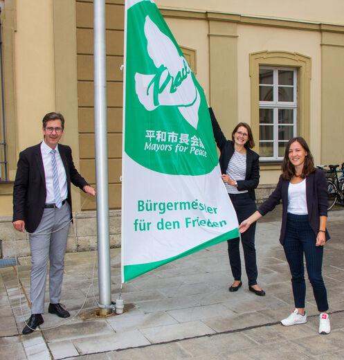 Friedensgruß im Rathaus-Innenhof: