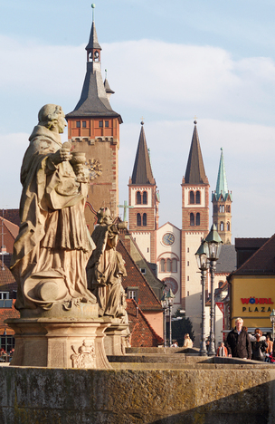 Baroque statues of Alte Mainbrücke (bridge) and view of Dom (cathedral)