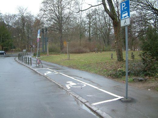 Hauptfriedhof - Behindertenparkplatz Bild 1