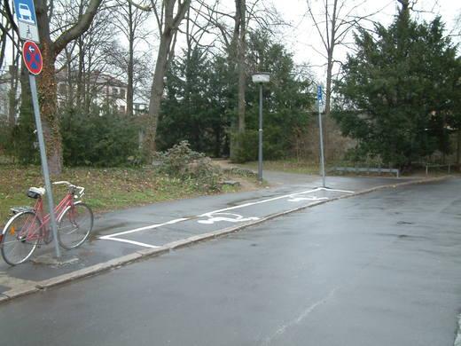 Hauptfriedhof - Behindertenparkplatz Bild 2
