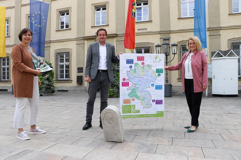 Baureferent Benjamin Schneider mit Annette Messerer vom Fachbereich Tiefbau und Annett Heusinger (rechts), Geodaten und Vermessung  mit dem Übersichtsplan über alle