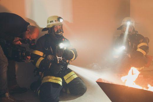 Ein Trupp unter Atemschutz wird während des Übungseinsatzes vom Filmteam begleitet