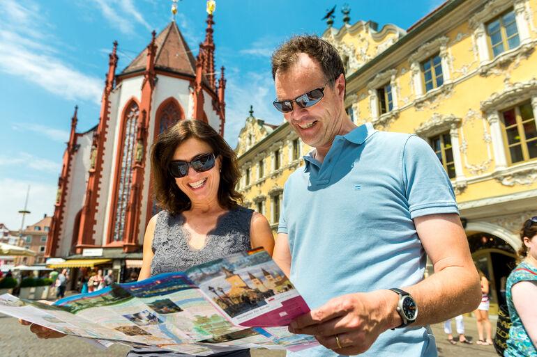 Foto: Paar mit Stadtplan