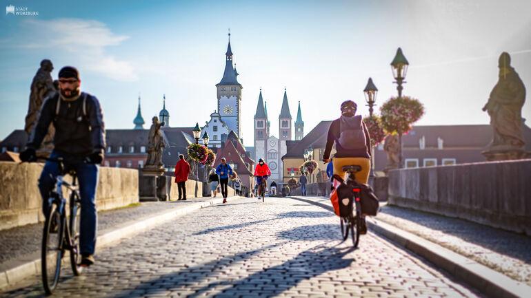 Radfahrer auf der Mainbrücke
