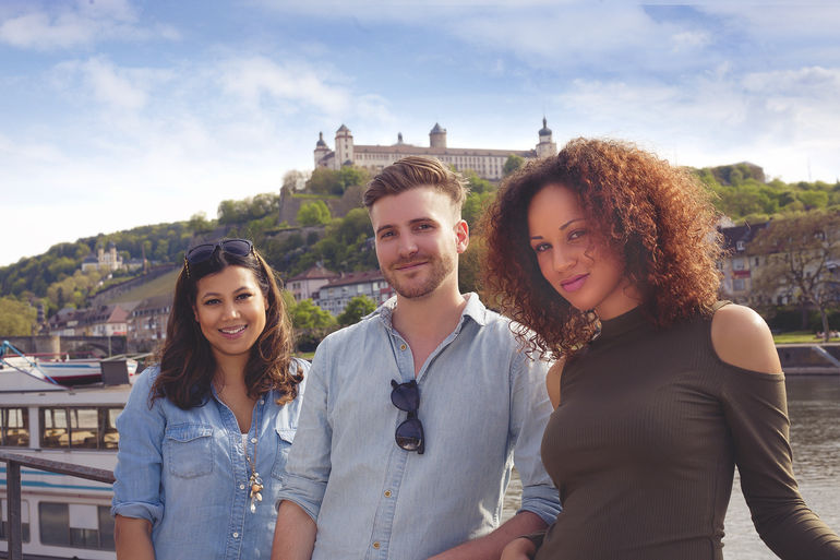 Foto: Studenten vor Festung Marienberg