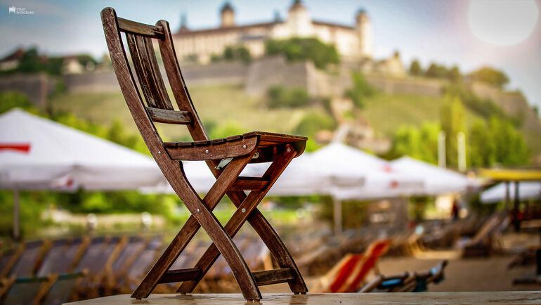 Einsamer Stuhl am Stadtstrand in Würzburg