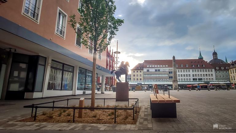 Castell'schen Reiter mit Seniorenbank am Marktplatz