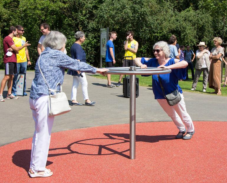 Probierten die Fitnessgeräte aus: v.li: Rosemarie Wegner und Heidi Richard aus der Lindleinsmühle.