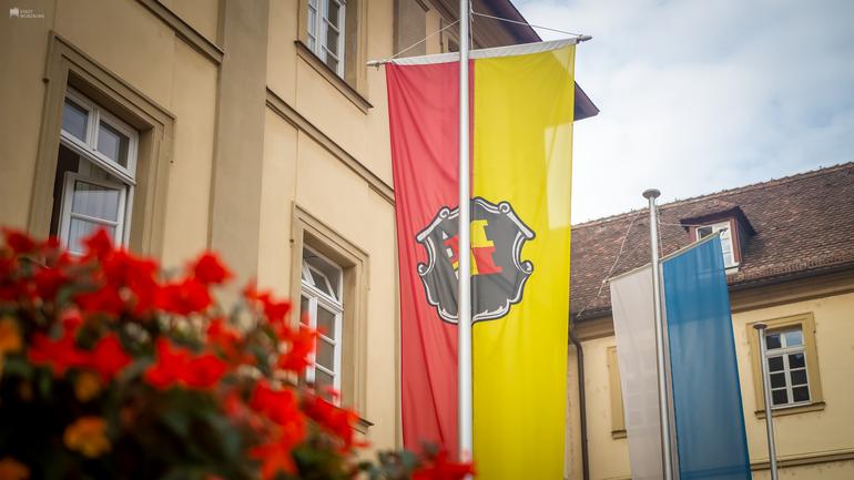Rathaus Würzburg - Fahne mit Wappen Würzburg