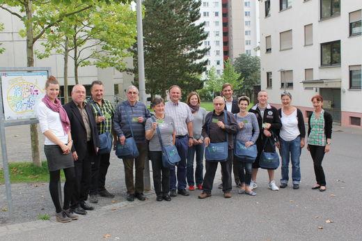 Startschuss am Heuchelhof: Umweltreferent Wolfgang Kleiner (Zweiter von links), Christian Göpfert (Klimaschutzbeaufragter, Fünfter von rechts), Stad