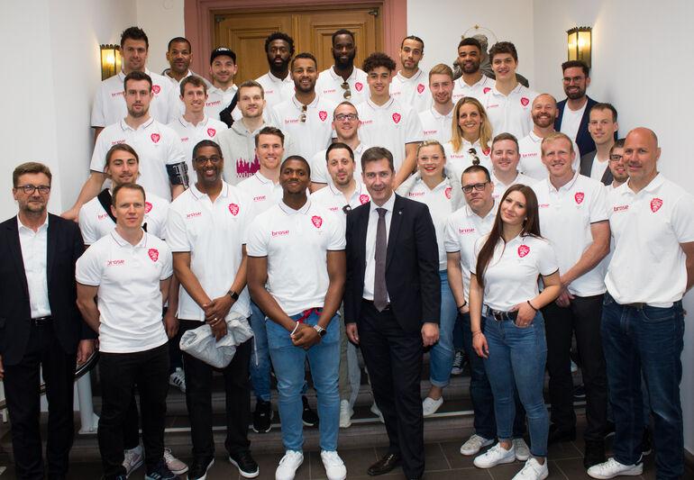 Gruppenbild mit Europacup-Helden: