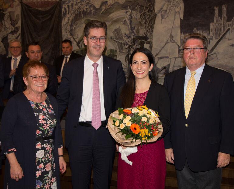 Wiederwahl im Stadtrat: Bürgermeisterin Marion Schäfer-Blake, Oberbürgermeister Christian Schuchardt und Bürgermeister Dr. Adolf Bauer gehörten zu den ersten Gratulanten bei Dr. Hülya Dübers Bestätigung als Sozialreferentin.
