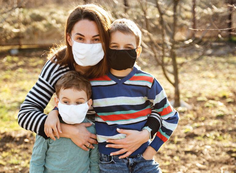 Mundschutz Mutter mit Kinder