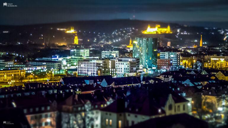 Würzburg bei Nacht mit Sicht auf die Schweinfurter Straße