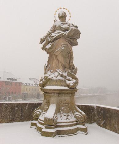 Würzburg im Winter: Alte Mainbrücke mit Statue der Patrona Franconiae
