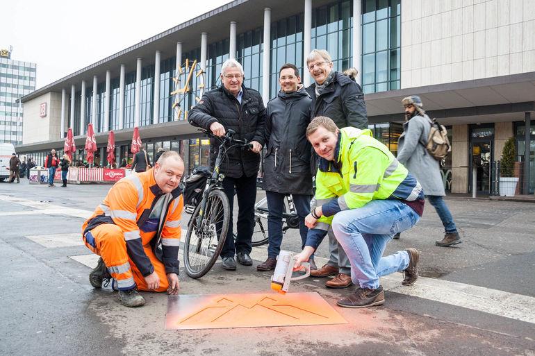 (Hintere Reihe): Baureferent Prof. Christian Baumgart (rechts), Radverkehrsbeauftragter Adrian Cochet-Weinand (Mitte) und Tiefbau-Chef Jörg Roth zusammen mit den Mitarbeitern Köhne und Willmy am Start der Route VII.