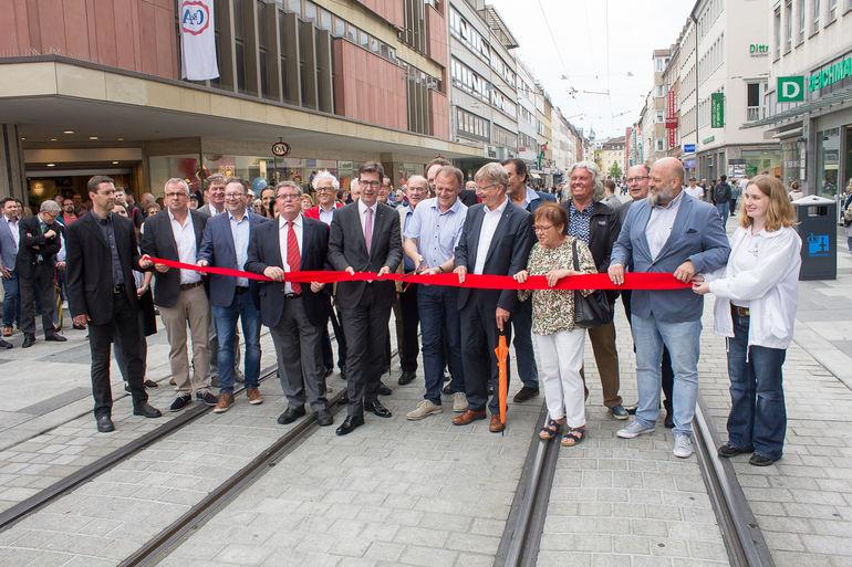 Zufriedene Gesichter in der neuen Kaiserstraße: Oberbürgermeister Christian Schuchardt eröffnet mit seinen Stellvertretern, Bauleuten und Festgästen die neugestaltete Einkaufsstraße zwischen Hauptbahnhof und Barbarossaplatz.