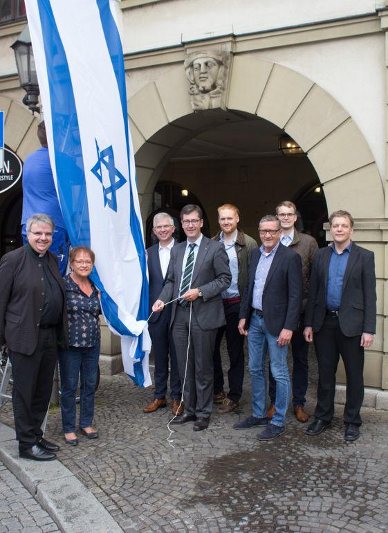 70 Jahre Staatsgründung Israel: Würzburg grüßt mit einer Flagge am Rathaus.