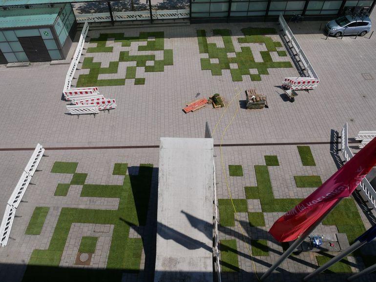Foto: Blick vom Dach des Kulturspeichers auf die Entstehung des Rollrasen-Labyrinths.