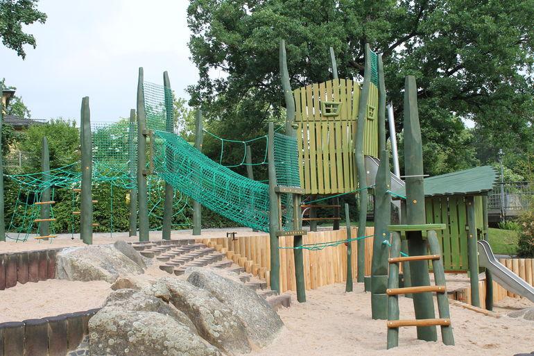 Alles in Grün - die neue Spiellandschaft im Landesgartenschaugelände von 1990