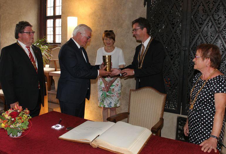 Einen kühlen Schluck aus dem Riemenschneiderkrug nahm Bundespräsident Dr. Frank-Walter Steinmeier