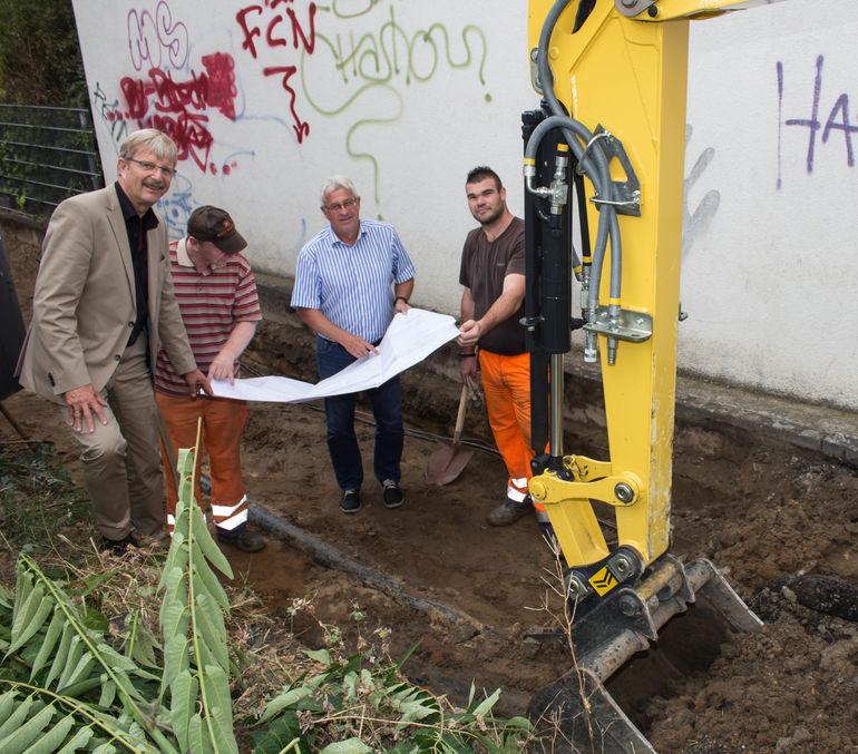 Eine Betonplatte wird den Verbindungsweg von der Randersackerer Straße in die Friedrich-Spee-Straße abstützen