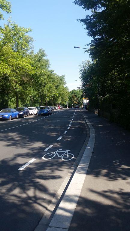 Der neue, komplett durchgeführte Schutzstreifen für Radfahrer am Friedrich-Ebert-Ring.