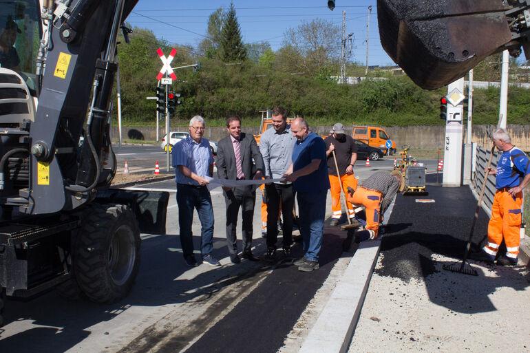 Tiefbauchef Jörg Roth, Baureferent Benjamin Schneider, Projektleiter Thorbjörn Köhne und Oberstraßenmeister Stefan Bauer-Österlein (von links) im Bereich der Ran-Tankstelle in der Stuttgarter Straße. Die Radachse 9 ist nun kurz vor der Fertigstellung.