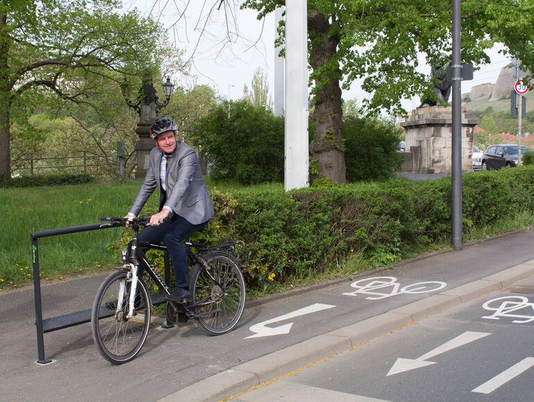 Bequemes Warten auf Grün: Baureferent Benjamin Schneider testet den Prototyp unweit der Löwenbrücke.