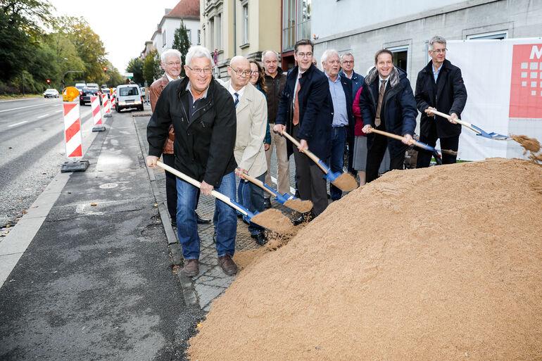 Mit dem Spatenstich für die neue Pleichachquerung am Aumühlweg wurden die Arbeiten an der Radachse 3a begonnen.