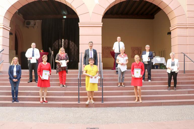 Die Geehrten mit Oberbürgermeister Christian Schuchardt und Bürgermeisterin Judith Jörg.