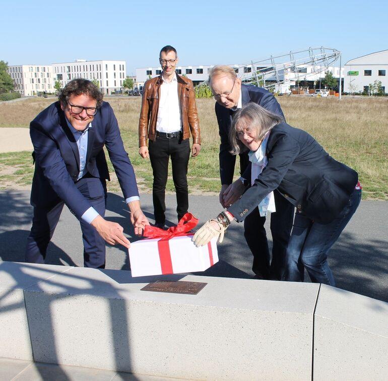 Bild: Bürgermeister Martin Heilig, Gartenamtsleiter Dr. Helge Bert Grob sowie die Stifter Renate und Karl-Heinz Werner enthüllen die Spendertafel.