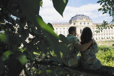 Paar im Hofgarten der Residenz Würzburg